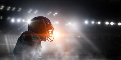 Silhouette eines American Football Spielers im Stadion