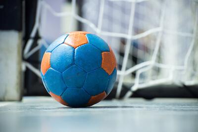Handball-Ball liegt am Boden